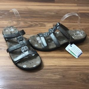 Taos Prize 3 Silver Three Strap Sandals Size 9 NWT